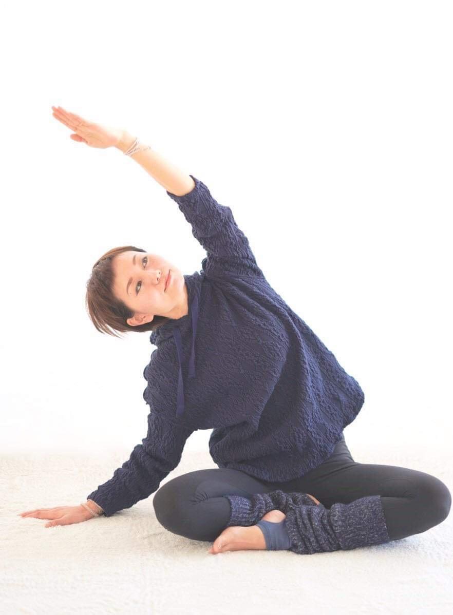 ヨガをする女性。高橋絵麻さんです。福井の女性を応援するくらし情報、くらしくふくい。