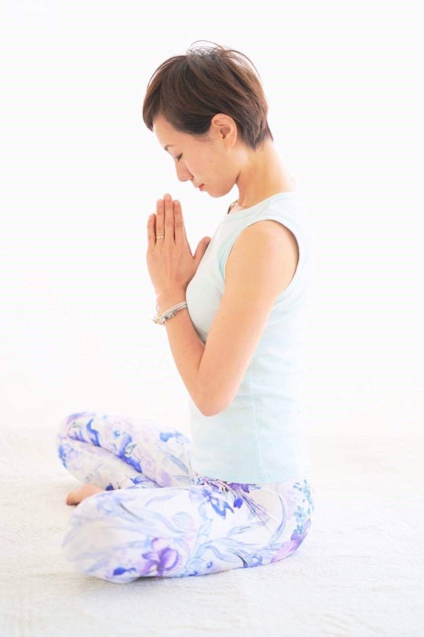 ヨガをする女性。高橋絵麻さんが瞑想をしている写真です。福井の女性を応援するくらし情報、くらしくふくい。