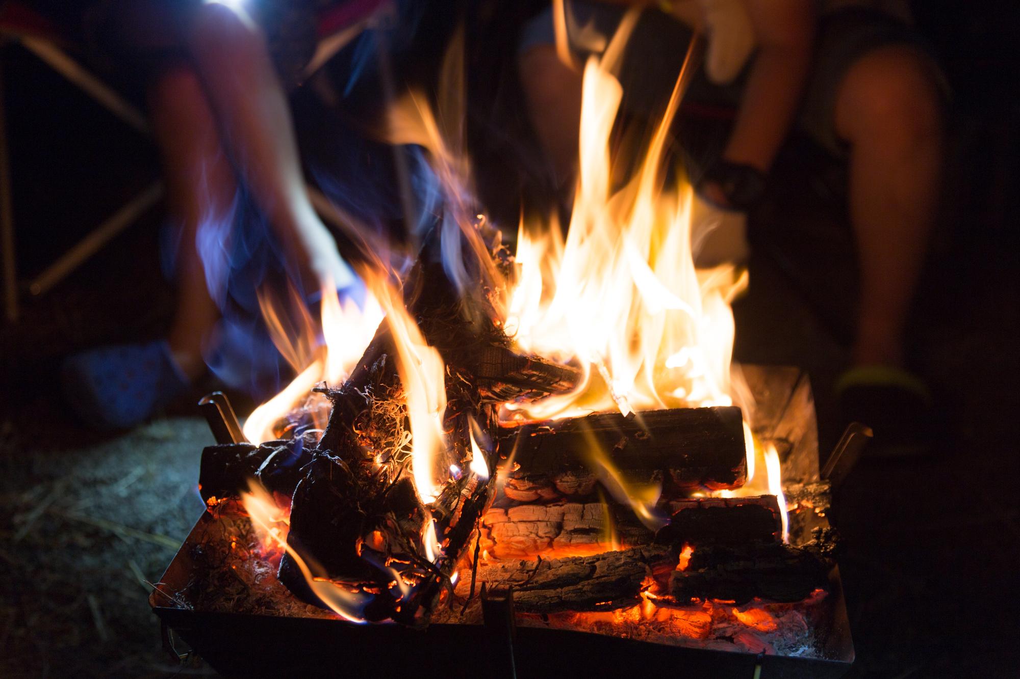 キャンプ場もある休暇村越前三国で開催される週末焚き火倶楽部のイメージ写真。福井の女性を応援するくらし情報、くらしくふくい。