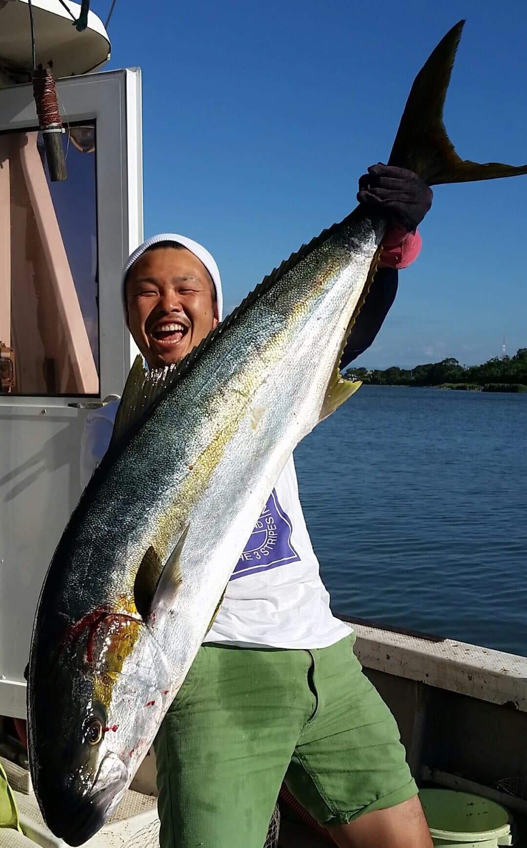 ちひろの海。ヒラマサをもつ三国・栄帆丸の漁師の写真。